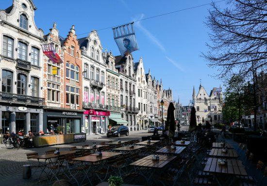 De IJzerenleen in Mechelen waar op zaterdag markt is. stedentrip Mechelen, duurzaam, bewust en groen, hotspots en bezienswaardigheden