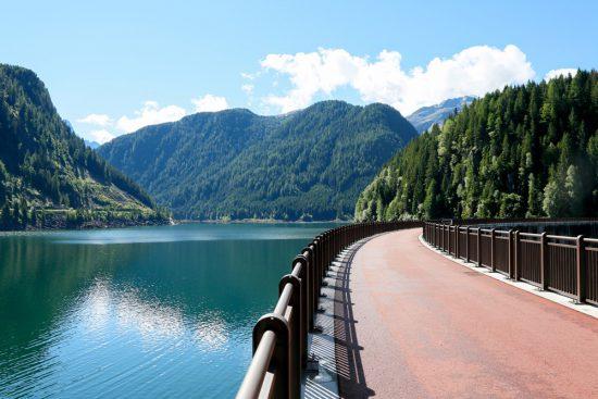 De Port Buso dam, een machtig bouwwerk voor het reguleren van water, duurzaam reizen, rondreis Trentino, Italie, duurzame, groen, groene, camping, kamperen