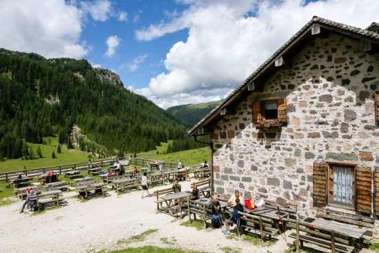 Rustpauze bij Malga Venegiota di Tonadico in Val Venegia, Trentino, duurzaam reizen, rondreis Trentino, Italie