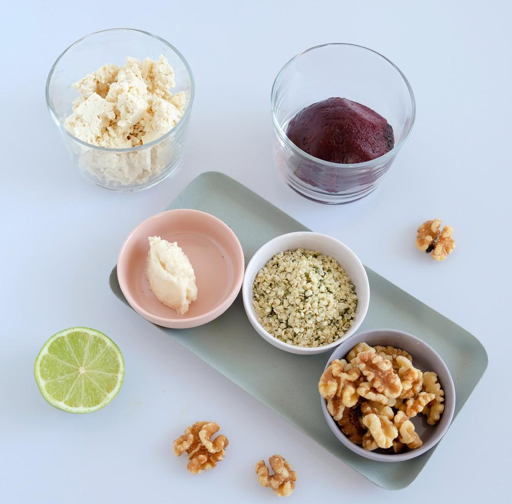 De ingredienten voor een snelle zeesla-venkelsalade: zeesla. venkel, olijfolie, rijstazijn en geroosterde sesamzaadjes