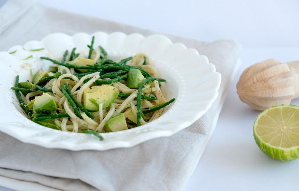 recept voor een vegan pasta met zeekraal, avocado en limoen