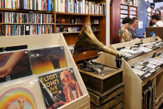 LP's en ander vinyl scoren bij platenwinkel Ramd'Am. duurzame stedentrip namen, Belgie, Namur, duurzame, weekendje weg, vintage, tweedehands, winkels