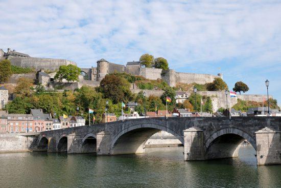 Deze brug leidt naar de Citadel met daarachter het centrum van Namen. duurzame stedentrip namen, Belgie, Namur, duurzame, weekendje weg, vintage, tweedehands, winkels