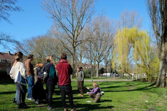 Anke geeft de laatste wildpluk-instructies. Wildplukexpeditie in Amsterdam-Noord, wildplukken, eetbare wilde planten