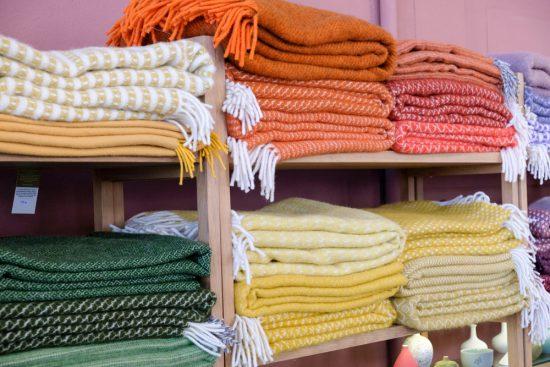 Prachtige kleuren en duurzaam, de plaids van interieurwinkel Van Binnen. Stedentrip Rotterdam, duurzaam, winkels, restaurants, hotspots, adresjes