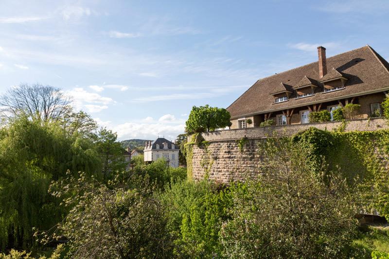 Wandelen over de oude muren van Beane, Bourgogne, Fietsen in de Bourgogne, Frankrijk
