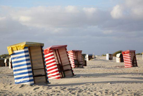 Moderne Strandkorben op het Duitse eiland Borkum. Rondreis Duitse Wadden, waddeneilanden, Duitsland, waddenzee, Borkum,