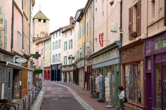 Fietsen door de mooie straten van Cluny, Bourgogne, Fietsen in de Bourgogne, Frankrijk