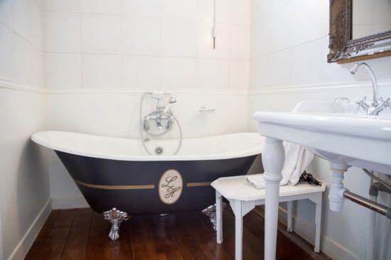 Vintage badkamer in het cosy hotel La Home in Beaune, Fietsen in de Bourgogne, Frankrijk