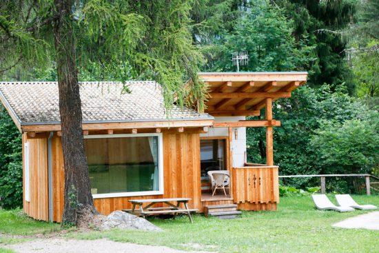 Houten chalet op camping Village Fiemme in Trentino, Italie. Kamperen, Trentino, Italie, vakantie, camping, zomervakantie, duurzaam,