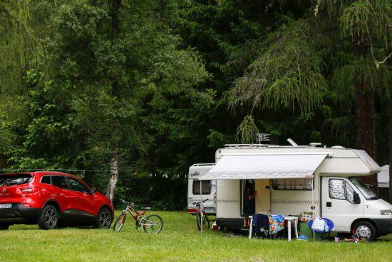 Omgeven door groen op camping Village Fiemme in Trentino. Kamperen, Trentino, Italie, vakantie, camping, zomervakantie, duurzaam,