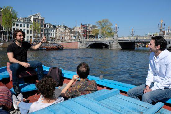 Met Rederij Lampedusa de Amsterdamse grachten verkennen. Rondvaart door de Amsterdamse grachten met Rederij Lampedusa. Vluchtelingen vertellen tijdens de boottocht hun verhaal.