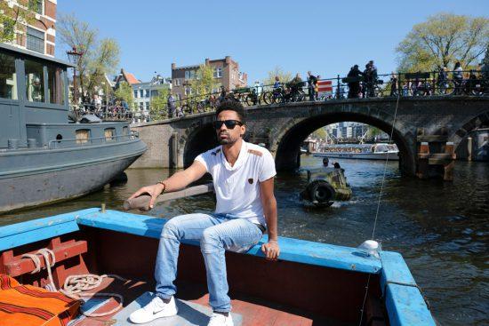 Kapitein Sami van Rederij Lampedusa in Amsterdam. Rondvaart door de Amsterdamse grachten met Rederij Lampedusa. Vluchtelingen vertellen tijdens de boottocht hun verhaal.