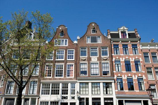 De rijkdom van het oude Amsterdam weerspiegeld in de huizen. Rondvaart door de Amsterdamse grachten met Rederij Lampedusa. Vluchtelingen vertellen tijdens de boottocht hun verhaal.