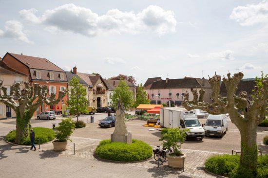 Het schattige pleintje van wijndorp Santenay in de Bourgogne, Fietsen in de Bourgonge, Frankrijk