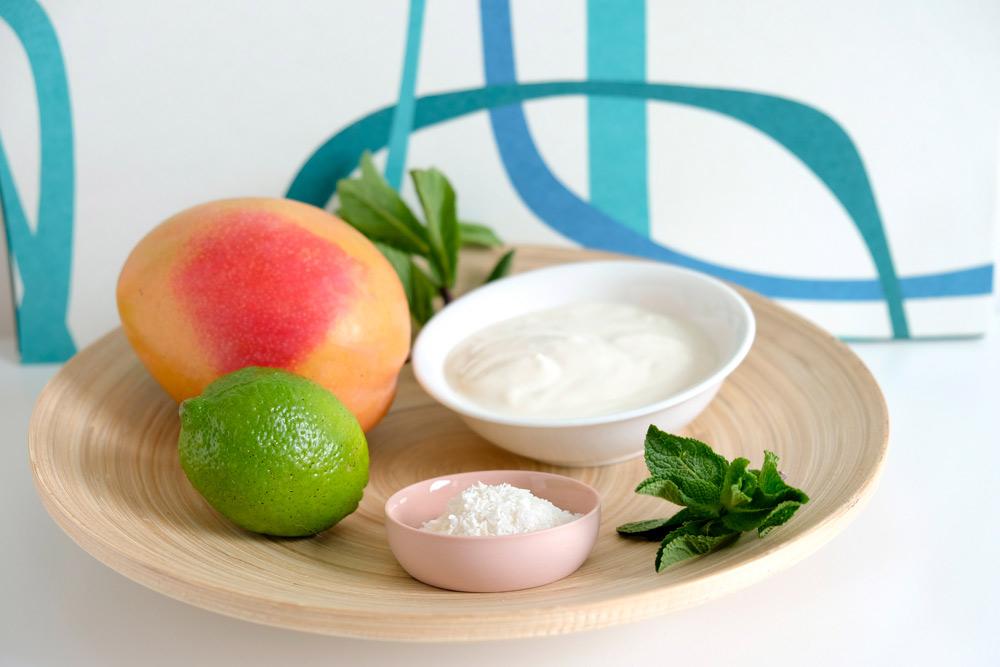 mango, kokos, limoen, munt, kokosrasp, kokosmelk, kokosyoghurt, ingredienten voor een tropische kokos mango-smoothie, mangosmoothie