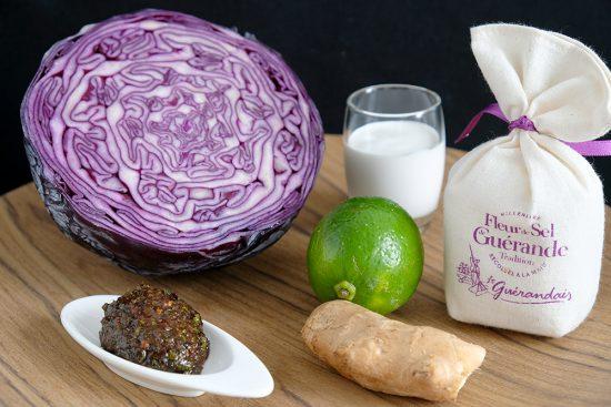 ingredienten voor een eenvoudige, vegan rodekoolsoep