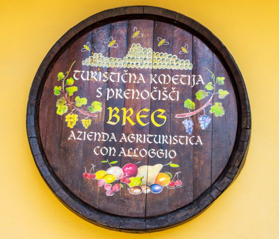 Ook wijnhuizen openen hun deuren tijdens het kersenfestival. Slovenie, kersenfestival in de Brda regio