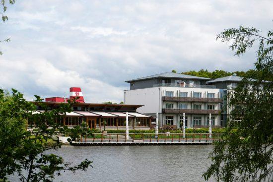 Het Riverside hotel aan de Vechtesee in Nordhorn. Fietsen door het Vechtdal van Duitsland naar Nederland, fietsvakantie