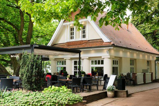 Het terras van bistro/café Zeitlos im Park in Nordhorn. Fietsen door het Vechtdal van Duitsland naar Nederland, fietsvakantie