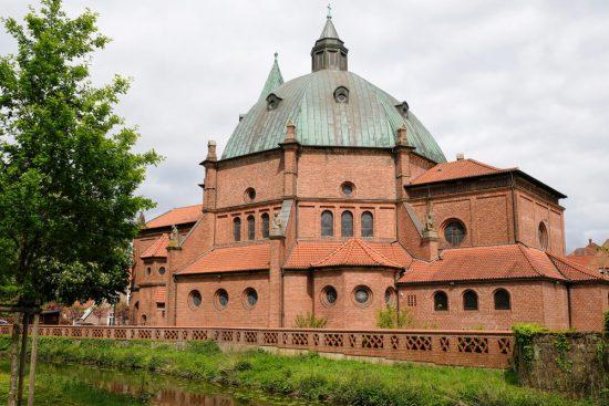 De St. Augustinus Kirche in Nordhorn, Duitsland. Fietsen door het Vechtdal van Duitsland naar Nederland, fietsvakantie