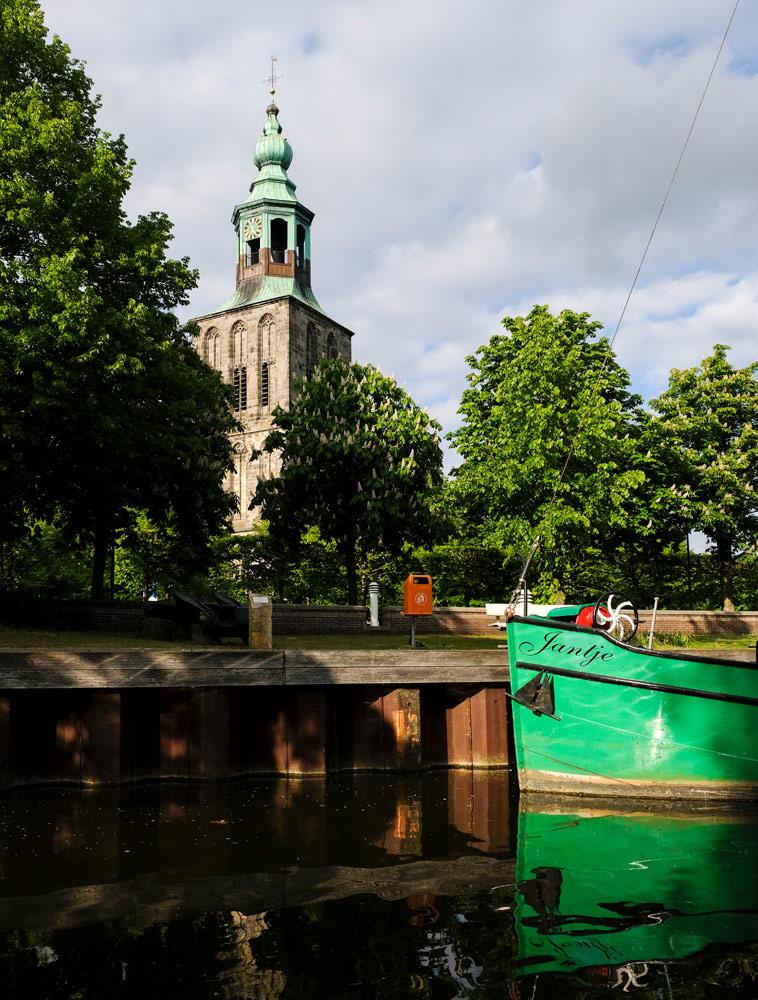 Platbodem Jantje in de oude haven van Nordhorn. Fietsen door het Vechtdal van Duitsland naar Nederland, fietsvakantie