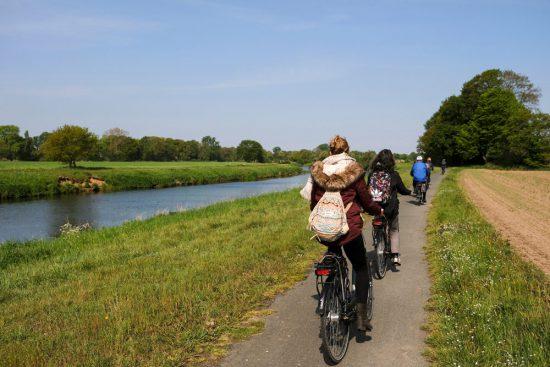 Na Emlichheim loopt het fietspad pal langs de Vecht. Fietsen door het Vechtdal van Duitsland naar Nederland, fietsvakantie