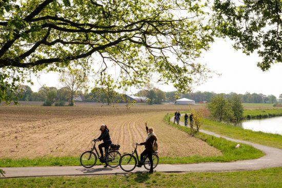 In alle vroegte fietsen langs de Vecht in Duitsland. Fietsen door het Vechtdal van Duitsland naar Nederland, fietsvakantie