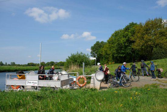 Naar de overzijde van de Vecht met het pontje. Fietsen door het Vechtdal van Duitsland naar Nederland, fietsvakantie