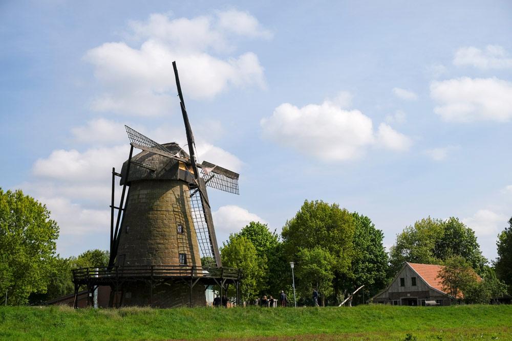 De molen van Laar in Duitsland. Fietsen door het Vechtdal van Duitsland naar Nederland, fietsvakantie
