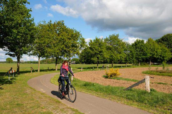 De fietsroute meandert met de Vecht mee. Fietsen door het Vechtdal van Duitsland naar Nederland, fietsvakantie