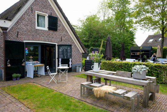 Een van de Saksische boerderijen nu de Rheezer Kamer, een B&B en theetuin. Fietsen door het Vechtdal van Duitsland naar Nederland, fietsvakantie