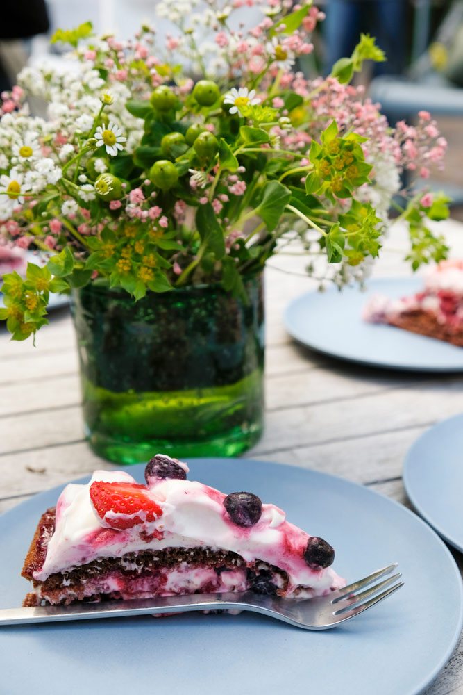 Tijd voor thee en taart bij Theetuin de Rheezer kamer. Fietsen door het Vechtdal van Duitsland naar Nederland, fietsvakantie