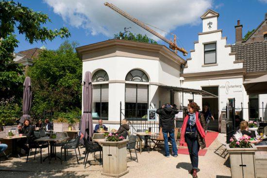 Lunchen bij restaurant Villa Suikerberg. Fietsen door het Vechtdal van Duitsland naar Nederland, fietsvakantie