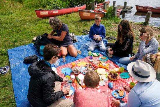 Lunchen met streekproducten tijdens de kano-tour in natuurgebied Ilperveld. Picknicken op Het Braamstuk in natuurgebied Ilperveld
