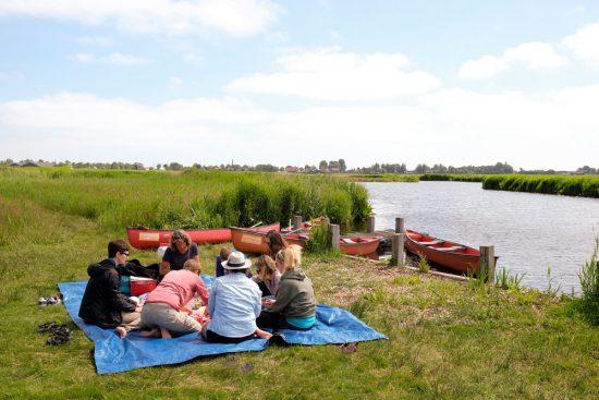 Picknicken op Het Braamstuk in natuurgebied Ilperveld. Wetlands Safari, kano tour in Ilperveld, de groene achtertuin van Amsterdam, n