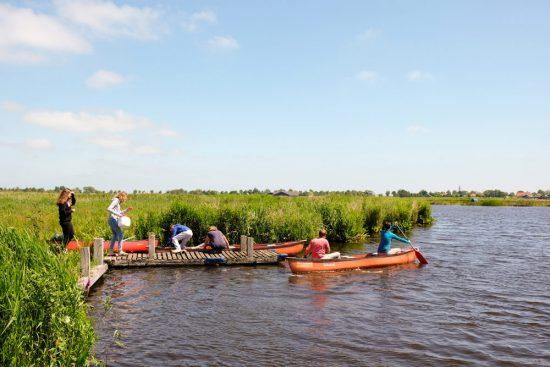 Aanleggen voor de lunch en een wandeling over het trilveen. Wetlands Safari, kano tour in Ilperveld, de groene achtertuin van Amsterdam, n