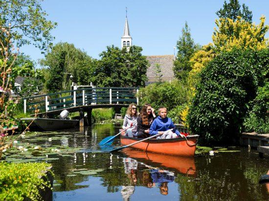 Kanoën door het pittoreske dorpje Watergang. Wetlands Safari, kano tour in Ilperveld, de groene achtertuin van Amsterdam, n