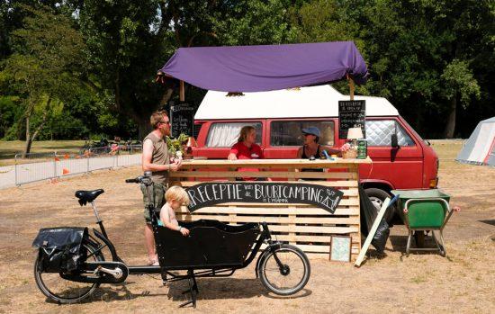 Buurtcamping in het Burg. in 't Veldpark in Zaandam. Even melden bij de receptie en je kunt je tentje opzetten op de Buurtcamping