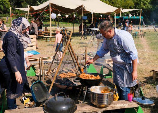 Buurtcamping in het Burg. in 't Veldpark in Zaandam. Samen koken en eten op de Buurtcamping in Zaandam