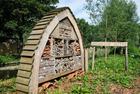 Bij de Kinderboerderij is ook een insectenhotel, Zaandam, Zaanstad, Darwinpark
