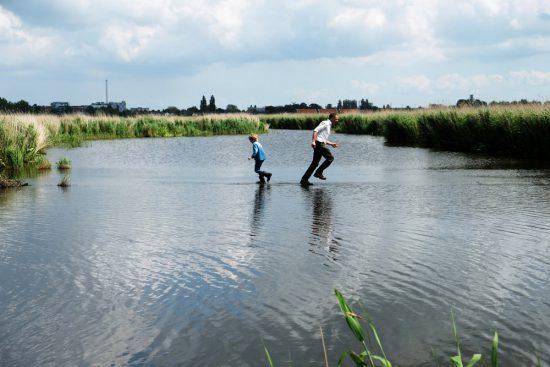 Wandelen over water in Natuurpark Guisveld in Zaandijk, Zaanstad, Nederland