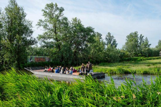 Wandelen over water in Natuurpark Guisveld in Zaandijk, Zaanstad, Nederland. Tijdens het Wandelen over Water event kun je ook een boottocht maken