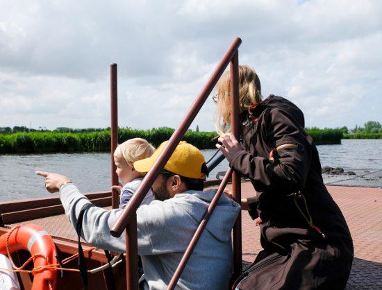 Ganzen, roofvogels, grutto's, er zijn veel vogels te zien tijdens de boottocht. Wandelen over water in Natuurpark Guisveld in Zaandijk, Zaanstad, Nederland.