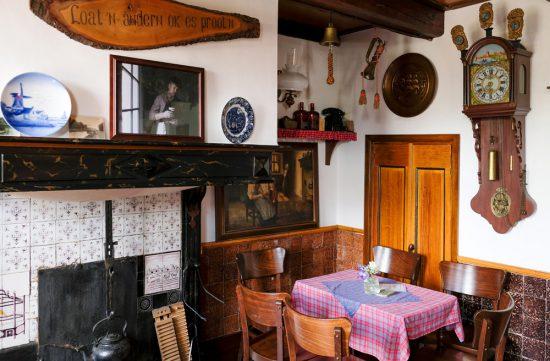 Het interieur van huiskamercafé Mommeriete. Fietsen door het Vechtdal van Duitsland naar Nederland, fietsvakantie