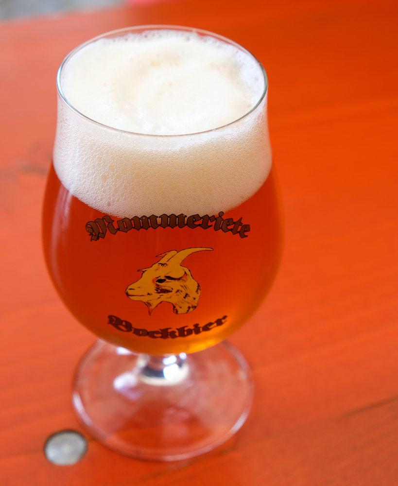 Biertje van microbrouwerij Mommeriete in Gransbergen. Fietsen door het Vechtdal van Duitsland naar Nederland, fietsvakantie