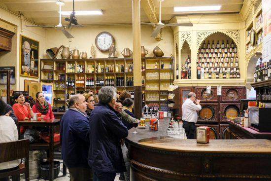 Bij bar Casa Morales zie je vooral locals en nauwelijks toeristen. Stedentrip Sevilla, Spanje, Seville, city trip