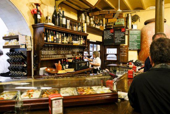Kies de tapas maar uit bij bar Casa Morales. Stedentrip Sevilla, Spanje, Seville, city trip