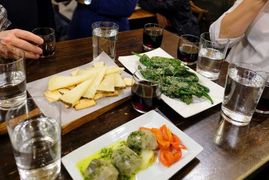 Tapas eten bij bar Casa Morales in Sevilla. Stedentrip Sevilla, Spanje, Seville, city trip
