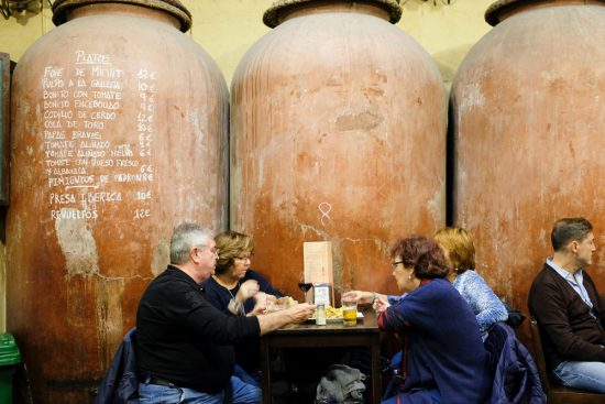 Oude wijnvaten van keramiek bij bar Casa Morales. Stedentrip Sevilla, Spanje, Seville, city trip
